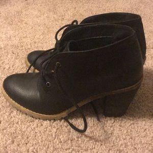 Casual black heeled booties!